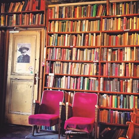 这一家传说中全世界最好的莎士比亚书店正是《冲上云霄2》里胡杏儿与吴卓羲相拥而眠的地方。