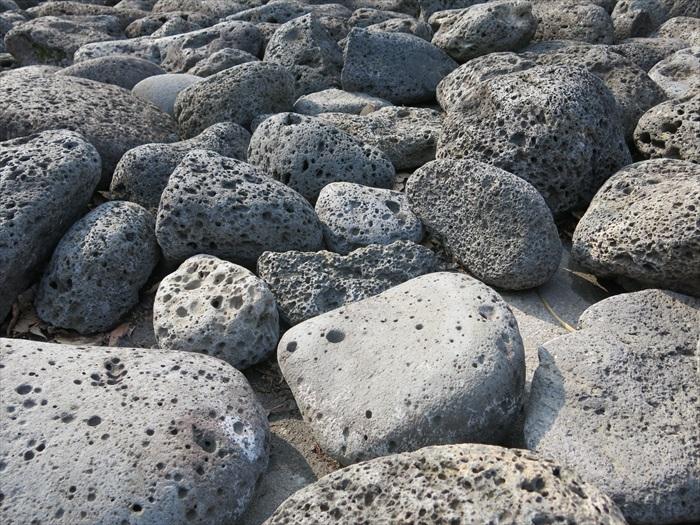 """济州岛""""三多""""之一——石头,指的是孔隙多、质量轻、强度高的火山石。"""