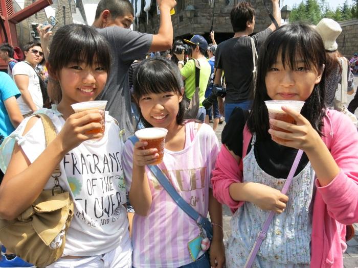 奶油啤酒不含酒精,大人小孩皆适合饮用。