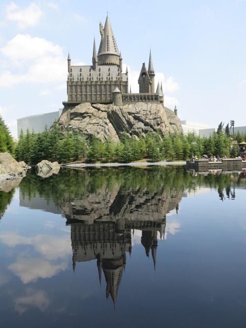 城堡及活米村以黑湖隔開,這設計僅限日本環球影城所有噢!無論是白天、黑夜,城堡倒影照在湖上,具有魔法詩意。