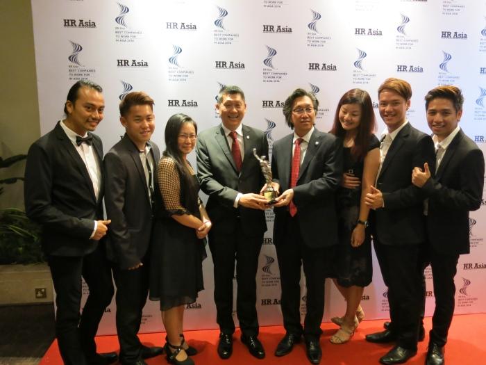 蘋果旅遊集团董事经理拿督斯里李益辉太平绅士(左4)和副董事经理拿督斯里许育兴一同分享得奖喜悦!