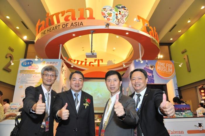 左起为新加坡办事处主任-谢长名、交通部观光局局长-谢谓君局长、香港办事处主任-巫宗霖、及马来西亚吉隆坡办事处曹逸書主任。