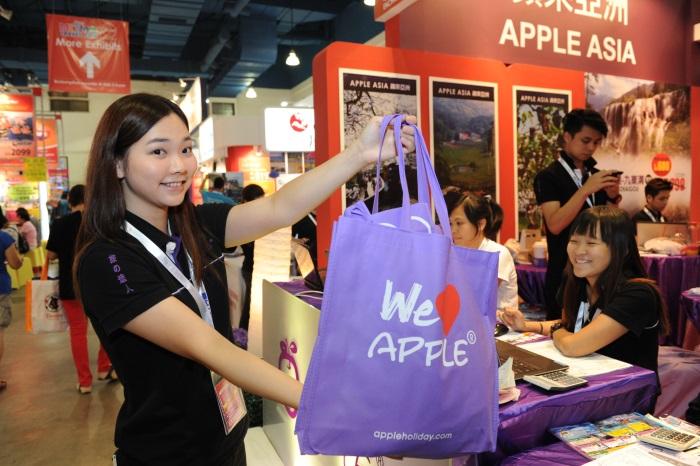 俏丽蘋果人展示蘋果精美环保袋哟!