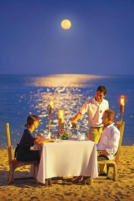 在浪漫月光下与爱人共进晚餐。