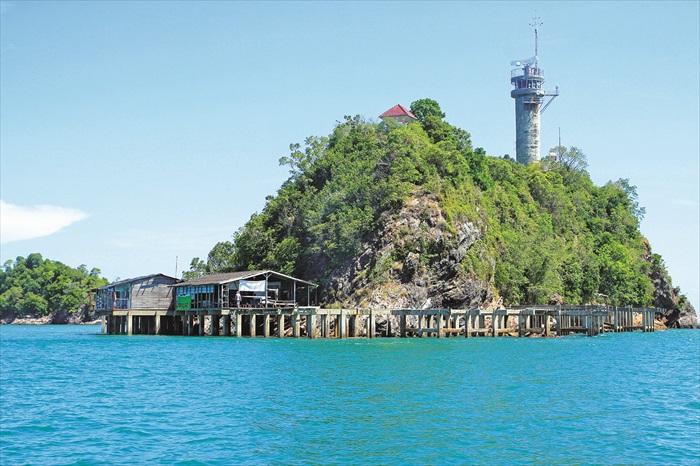 海面上有许多这样的小岛,这是我们准备登陆的小岛。