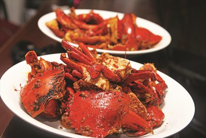 甘香螃蟹是今晚的主菜,在李爸精湛的厨艺之下,我们几乎连蟹壳都要吞进肚子里。