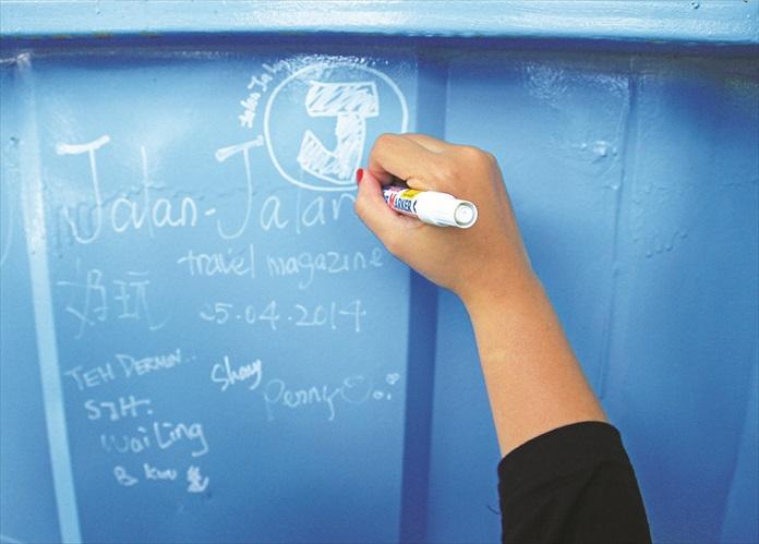 涂鸦板让客人写下游玩随笔。