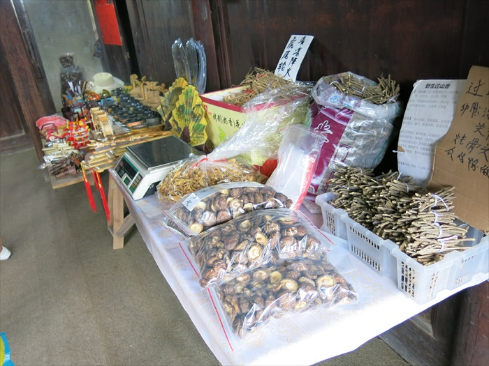 土楼内小贩贩卖各种干货、当地草药。