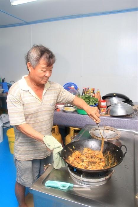 原来海浪爸爸才是民宿里的大厨。