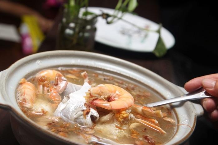 这道汤里有花蟹、下子、鱼肉等各种丰富的海鲜,味道非常清甜。