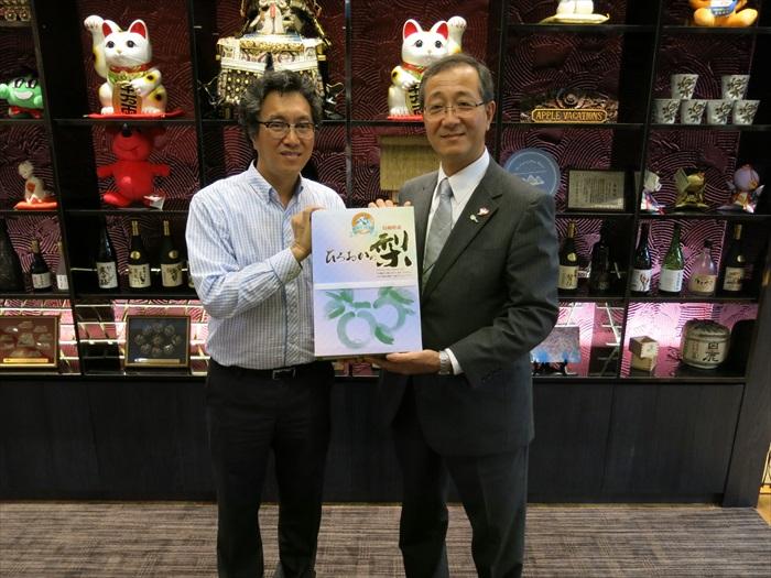 林 昭男赠于鸟取县特产——20世纪梨予Koh san。