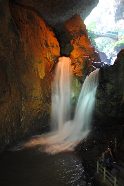 雌雄瀑布,一泻的水势引起声声慨叹。