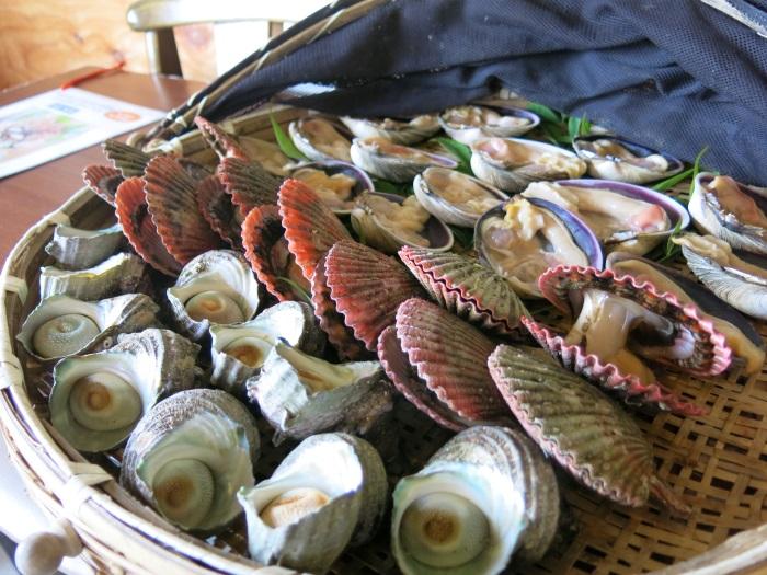 海女小屋的丰富海鲜午餐。