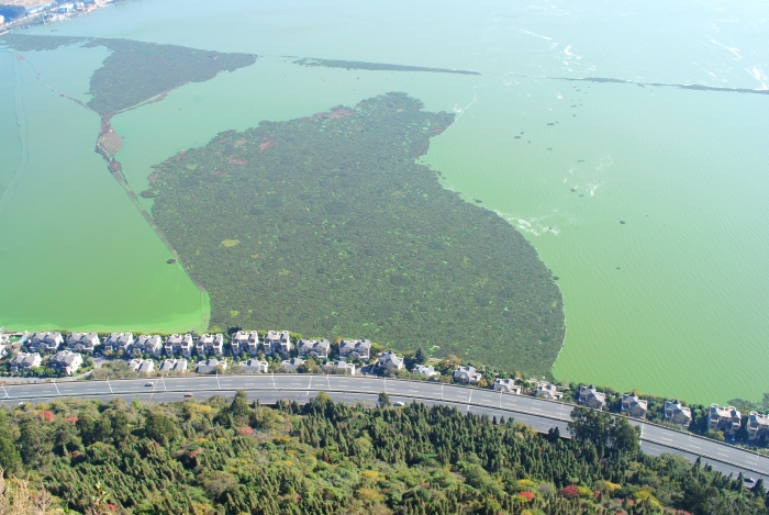 西山的龙门石窟俯瞰,水天连成一线的滇池。