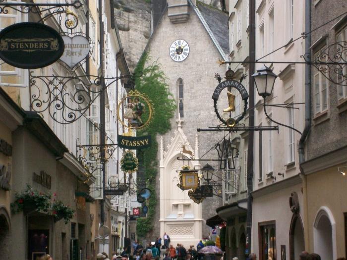 悬挂着古典的铁制镂花招牌,浓郁的中世纪风情令人一见倾心。