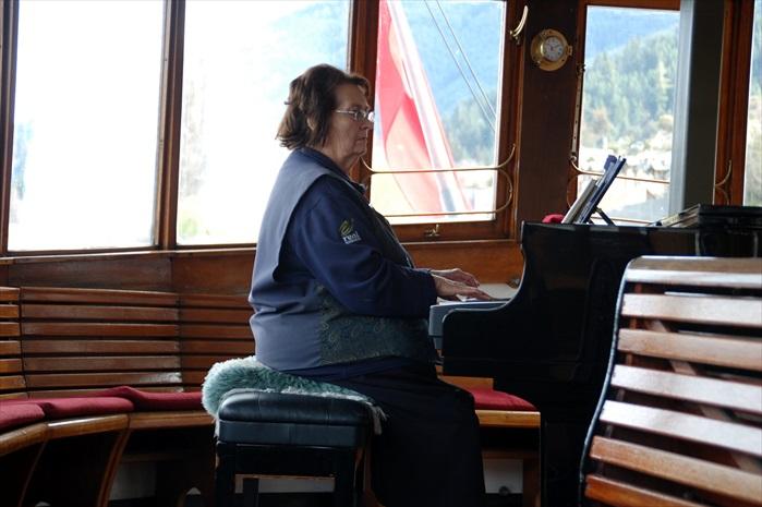 40分钟左右的船程,伴随着悦耳的钢琴伴奏。