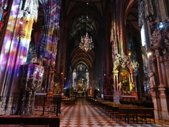 斯蒂芬大教堂,不仅华丽,而且色彩斑斓,神秘莫测。