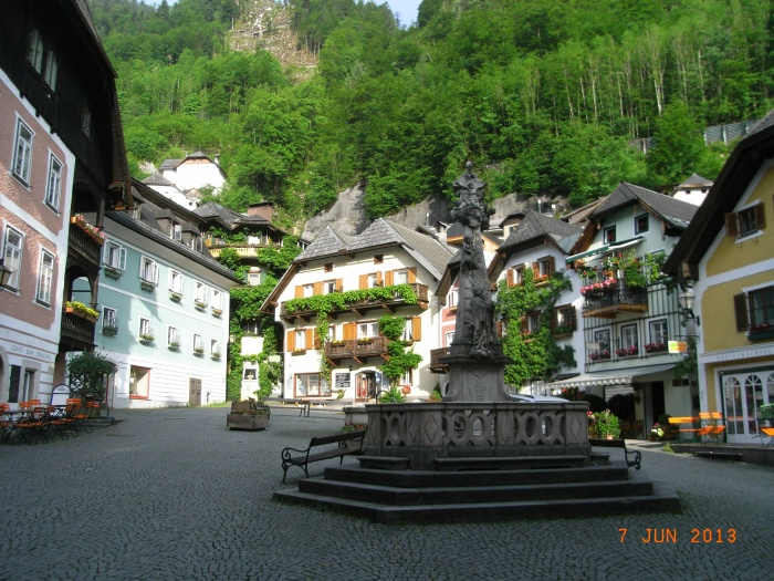 有旅馆、咖啡店、喷水池,还有童话般色彩鲜艳的房屋。
