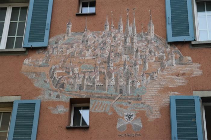 这是苏黎世古代城池,建筑的主任将它画在了房子的墙壁上。