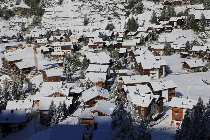 被白雪覆盖的策马特小镇。