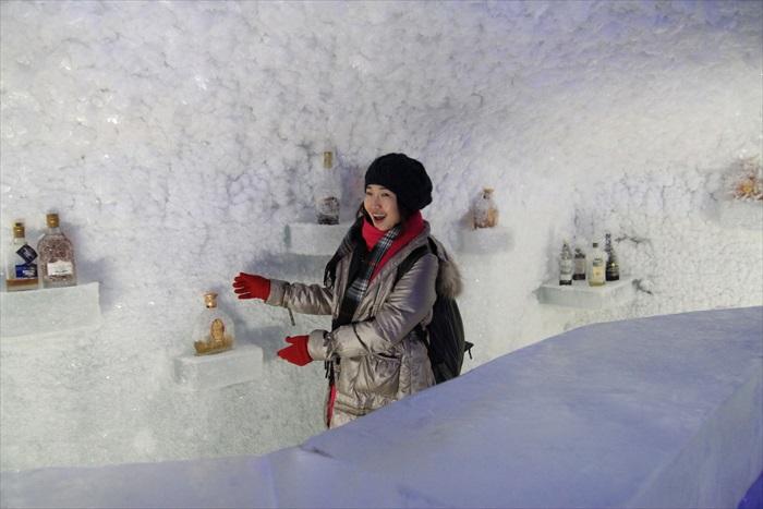 我们的导游很坏蛋,偷偷带我们走进这个隐藏在冰洞里的冰酒吧,让我们享受了一次特权的滋味。