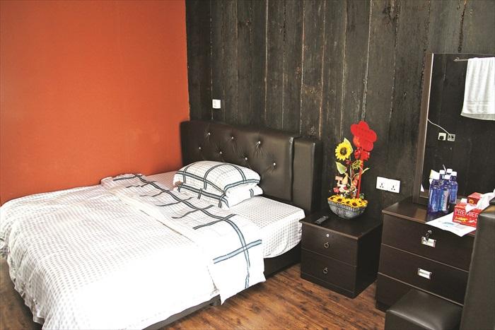 客房布置舒适,躺在柔软的床褥可一觉睡到天亮。