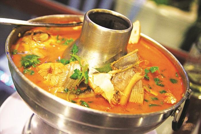 坐在海边,勺一口香辣清爽的冬炎海鲜汤,喝下去暖暖的,很舒服。