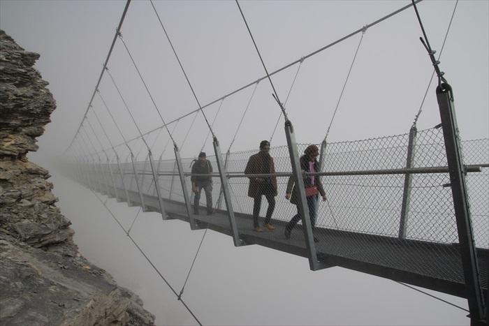 Titllis Cliff Walk,行走于衔接在冰川之上的吊桥,脚底下就是前吃深渊,挑战你的高空恐惧极限。