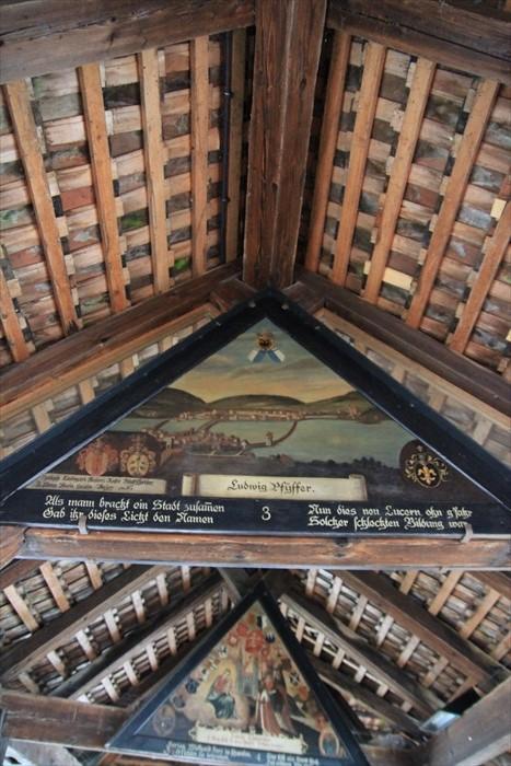 注意卡贝尔木桥的上方,会有许多古老的图画。