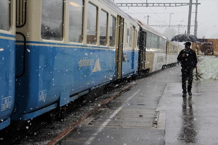 在白雪纷飞的天气中抵达格鲁耶尔。