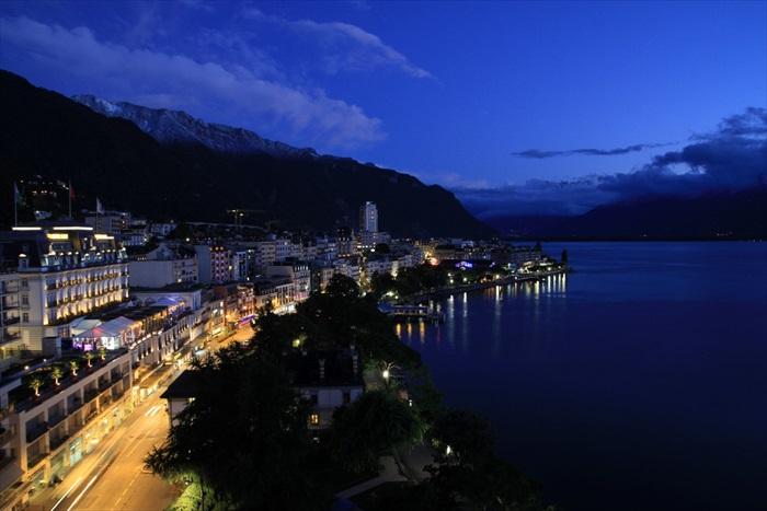 我们抵达蒙特勒时已经近黄昏,但是在夕阳的照射下,这个湖畔小镇散发出一中宁静而优雅的魅力。