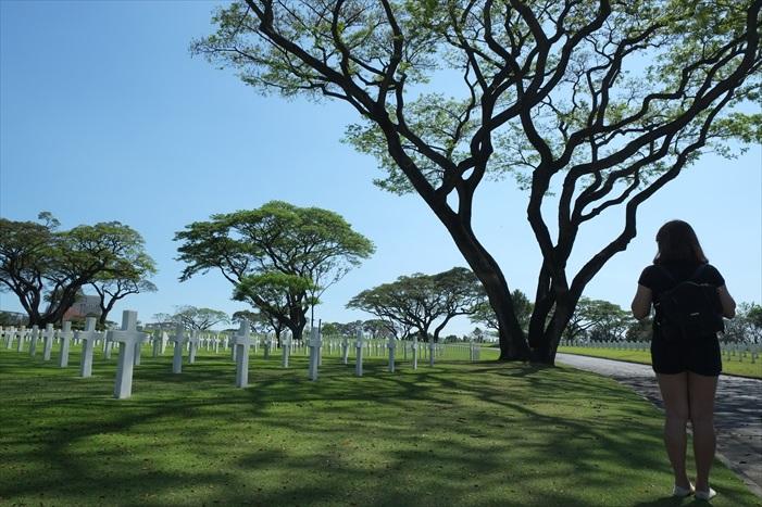 站在墓园前,我们竖然起敬
