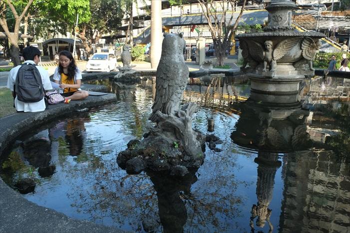 圣托马斯大学的水池前