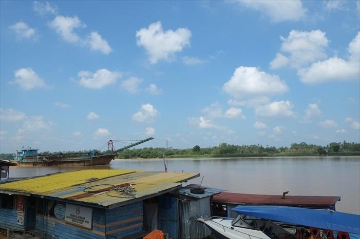 Kampung Laut就在一河之隔,这条河就是吉兰丹河。
