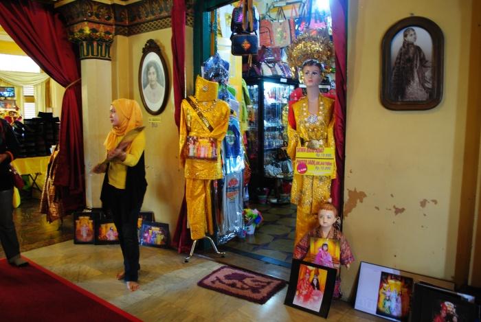 """王宫内还有家礼品店,售卖纪念品之余,还提供皇族服装和拍照服务,让游客体验""""王族""""的乐趣。"""