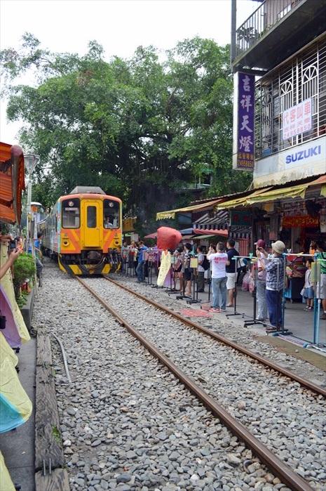 这铁轨可不是装饰用,是真的有火车通过的!