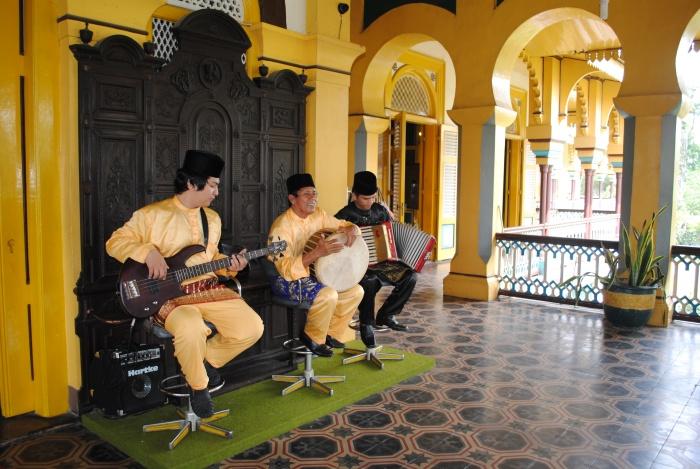 王宫正门处有当地人演奏音乐。