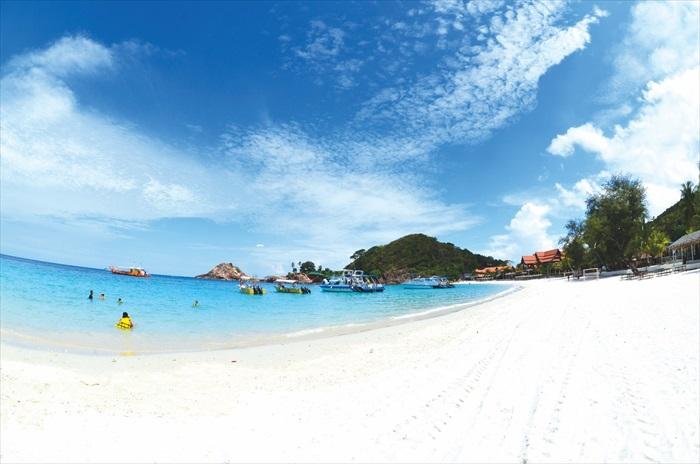 热浪岛的海呈靛蓝色,一种透彻心扉的色彩。