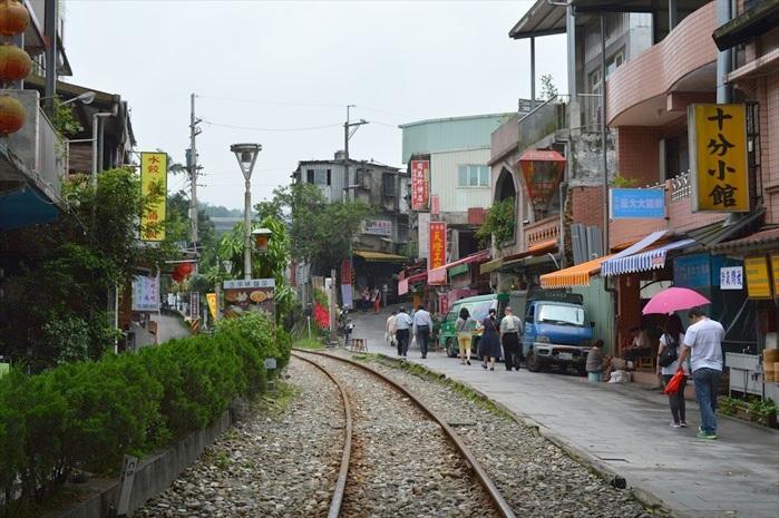 街道和火车铁轨相邻,是这里的特色之一。