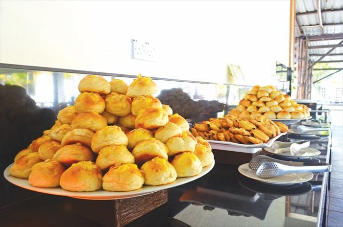 下午茶的餐点由度假村糕点师傅每天新鲜制作。