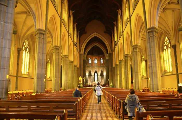 教堂内部,极具气势的空间感。