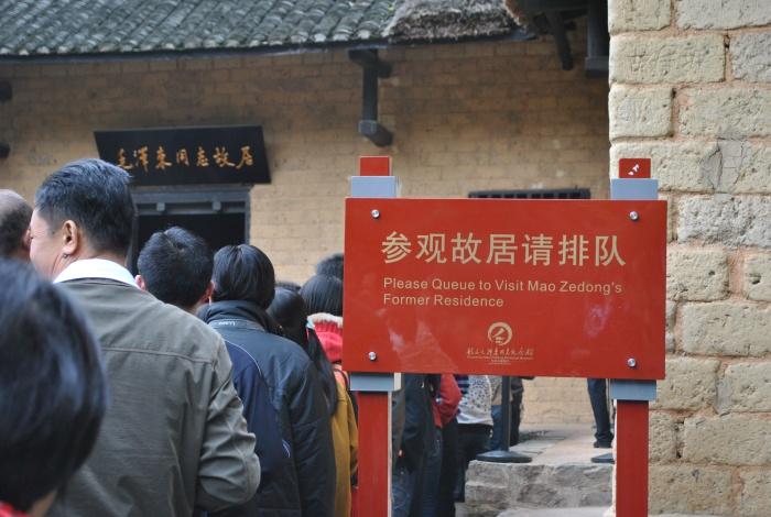 为保护故居不受破坏,人们必须遵守指示排队参观。
