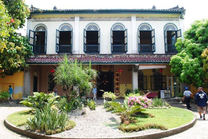 故居外观和大堂客厅有浓郁的中国风格。