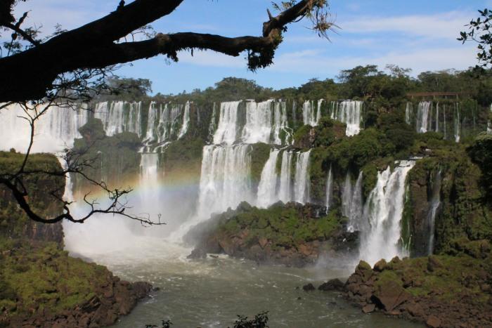 水势澎湃,彩虹几乎都与伊瓜苏瀑布相伴。