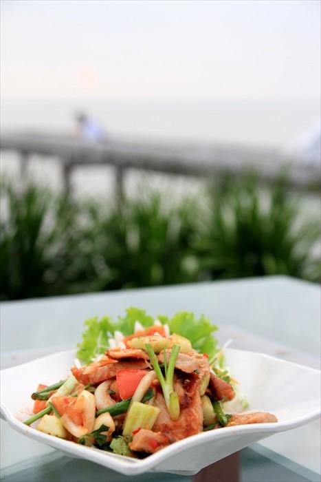 泰国菜的特点是酸辣、开胃,像这道猪颈肉泰式沙拉加入了番茄、酸柑和洋葱等调味,让口味变得酸辣带微甜。