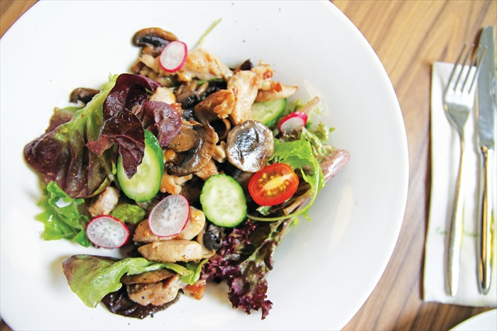 将野生芝麻菜叶搭配帕马芝士、番茄、青瓜,再以巴萨米克醋搅拌一起,就是一道开胃的Rocket Salad了。