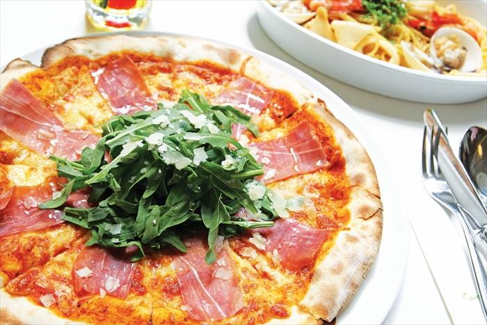 个人极为推荐这道由番茄萨尔萨酱、火腿、蘑菇、黑橄榄和朝鲜蓟心做成的Pizza Capricciosa。