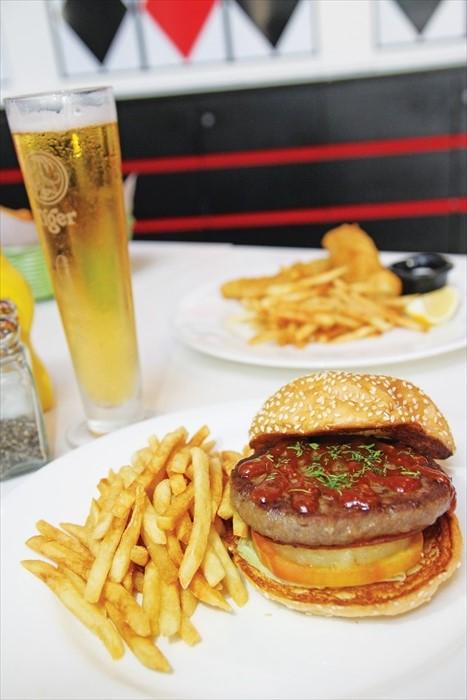 来Union Square Cafe可选择Burger Combo套餐(汉堡包+薯条+汽水 ),汉堡包选择种类有Bacon & Egg、Hawaiian、Teriyaki Chicken、Mushroom & Cheese、Portobello Mushroom、Spicy Burger with Sunny Side Egg。