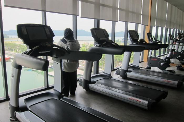 面向海景的健身房