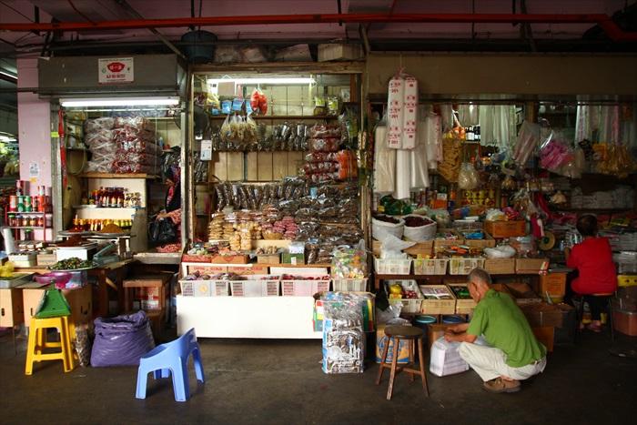 大巴刹里的杂货店,老一辈依旧坚守旧业。